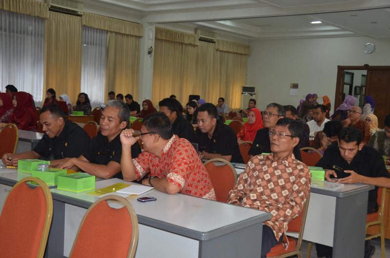 Para peserta mendengarkan dengan seksama pemaparan materi oleh pembicara