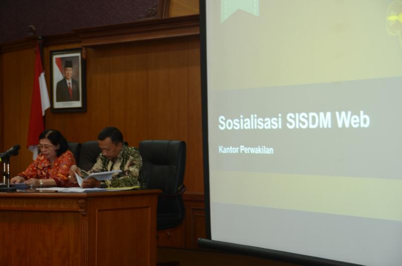 Kasubag Jabatan Fungsional Biro SDM (Kris Dianto) dan  Kepala Sekretariat Perwakilan (Hardinah) membuka acara.