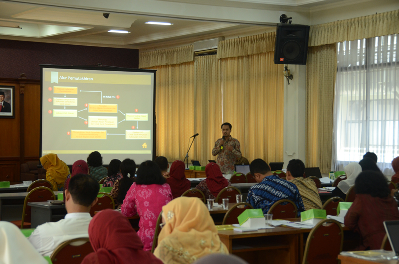 Pembicara membawakan materi sosialisasi aplikasi SISDM, cuti, absensi, PP No 46 Tahun 2011 serta LHKPN.