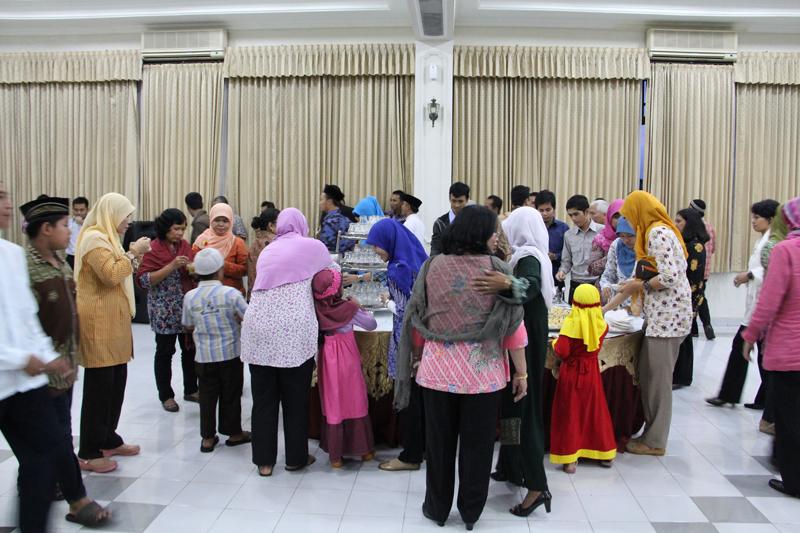 Para Pegawai BPK RI Perwakilan Provinsi DIY berbuka dengan hidangan yang ada.